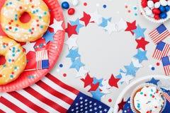 Día de la Independencia fondo feliz del 4 de julio con la bandera americana adornada de comidas, de estrellas y de confeti dulces fotografía de archivo libre de regalías