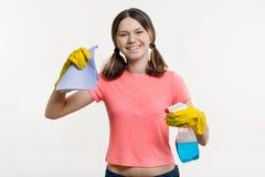 Día de la limpieza, limpieza Adolescente de la muchacha en guantes protectores Imagen de archivo libre de regalías