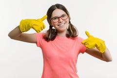 Día de la limpieza, limpieza Adolescente de la muchacha en guantes protectores Imagen de archivo