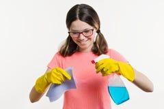 Día de la limpieza, limpieza de la primavera, concepto del quehacer doméstico Adolescente de la muchacha en guantes amarillos con Imágenes de archivo libres de regalías