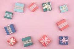 Día de la madre, festivo, cumpleaños, fondo mínimo en colores pastel del regalo Cajas de regalo multicoloras en fondo rosado Rega fotos de archivo