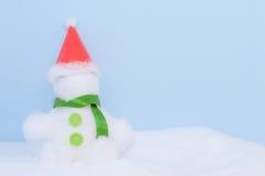 Día de la Navidad azul del fondo del muñeco de nieve Fotos de archivo