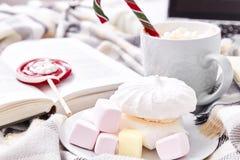 Día de la Navidad de la composición del humor del invierno en casa con la taza de Ca caliente Fotos de archivo libres de regalías