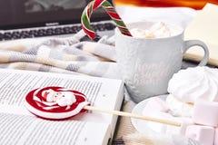 Día de la Navidad de la composición del humor del invierno en casa con la taza de Ca caliente Imagenes de archivo