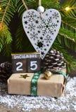 Día de la Navidad Diciembre 25 de diciembre de 25 en fecha, regalo de Navidad, y árbol de abeto languagecalendar españoles Imágenes de archivo libres de regalías