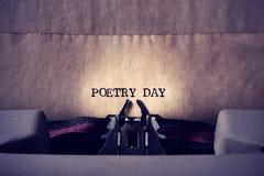 Día de la poesía del texto escrito con una máquina de escribir imagenes de archivo