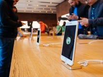 Día de la Tierra de Apple Store con los clientes en el fondo Fotografía de archivo libre de regalías