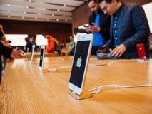 Día de la Tierra de Apple Store con los clientes en el fondo Fotos de archivo