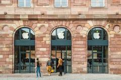 Día de la Tierra de la hoja del verde de Apple Store Fotos de archivo libres de regalías