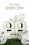 Día de la Tierra, el 22 de abril, concepto con las bombillas ahorros de energía Imagenes de archivo