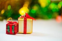 Día de las cajas de regalo y de la Navidad de la decoración y Año Nuevo aislados Imagen de archivo