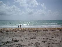 Día de las hermanas en la playa Imagen de archivo libre de regalías