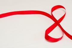 Día de las mujeres felices Cinta roja del regalo en forma de 8 dígitos foto de archivo libre de regalías