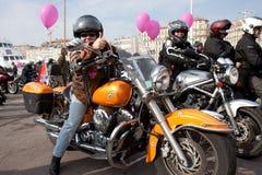 Día de las mujeres: motorista con el pulgar levantado. Imagen de archivo libre de regalías