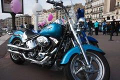 Día de las mujeres: una bici azul. Imagen de archivo libre de regalías
