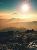 Día de los chiles en rocas Pico rocoso de la montaña en día de invierno Imagen de archivo