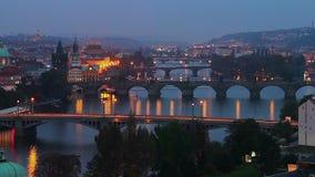 Día de los puentes de Praga al noche-lapso, opinión checa de la ciudad metrajes