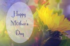 Día de madres feliz en capítulo oval en el fondo suave del purpe y de las flores amarillas que ofrecen el girasol Imagen de archivo