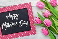 Día de madres feliz escrito en una pizarra Imágenes de archivo libres de regalías
