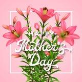 Día de madres feliz Tarjeta de felicitación con las letras La postal del día de madres con los lirios rosados florecientes florec Fotografía de archivo libre de regalías