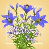 Día de madres feliz Tarjeta de felicitación con los lirios azules Foto de archivo libre de regalías