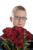 Día de madres: muchacho con el ramo de rosas rojas Imagen de archivo