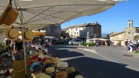 Día de mercado en Gordes Luberon Francia Fotos de archivo