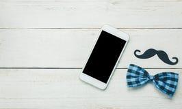 Día de padre feliz de la visión superior Teléfono móvil blanco en de madera rústico Imagen de archivo