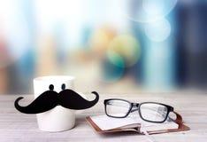 Día de padres Concepto de la bebida de la oficina Taza con el bigote Fotografía de archivo libre de regalías