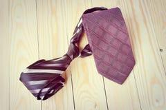 Día de padres feliz con la corbata rayada roja, gris y negra en fondo de madera de pino en estilo del vintage Fotografía de archivo libre de regalías