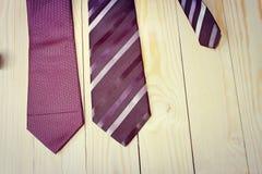 Día de padres feliz con la corbata rayada roja, gris y negra en fondo de madera de pino en estilo del vintage Foto de archivo