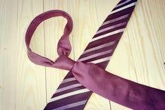 Día de padres feliz con la corbata rayada roja, gris y negra en fondo de madera de pino en estilo del vintage Foto de archivo libre de regalías