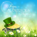 Día de Patricks y sombrero verde con el oro del duende en hierba en s Fotografía de archivo libre de regalías