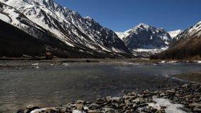 Día de primavera del río de la montaña de Lear, las ondulaciones en el agua resolución 4K almacen de video