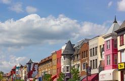 Día de primavera soleado en la calle de una vecindad vibrante de la ciudad Imagen de archivo
