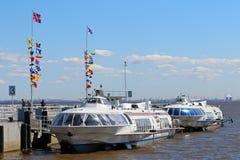 Día de primavera soleado de las naves de alta velocidad turísticas en el embarcadero en animal doméstico del St Foto de archivo