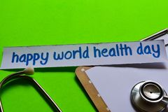 Día de salud de mundo feliz en concepto de la atención sanitaria con el fondo verde imagen de archivo