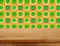 Día de San Patricio Tabla de madera vacía de la cubierta sobre adorno del trébol Foto de archivo