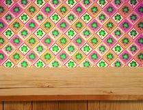 Día de San Patricio Tabla de madera vacía de la cubierta sobre adorno del trébol Imagenes de archivo