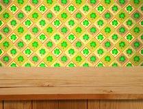 Día de San Patricio Tabla de madera vacía de la cubierta sobre adorno del trébol Fotos de archivo