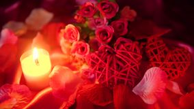 Día de San Valentín dulce del momento con la quema del ramo y de la vela de la flor almacen de metraje de vídeo