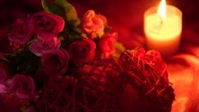 Día de San Valentín dulce del momento con la quema del ramo y de la vela de la flor
