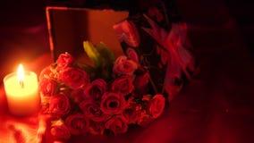 Día de San Valentín dulce del momento con las cajas de regalo y la cantidad de la flor del ramo metrajes