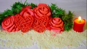 Día de San Valentín feliz con la flor de la decoración y la cantidad ardiente de la vela