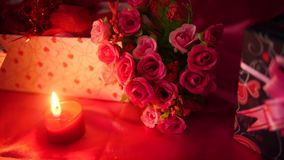 Día de San Valentín feliz con las cajas de regalo y la cantidad de la flor del ramo