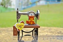 Día de San Valentín feliz: reloj antic de la máquina de coser foto de archivo libre de regalías