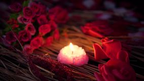 Día de San Valentín de la cantidad con la quema del ramo y de la vela de las rosas