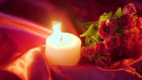Día de San Valentín de la cantidad de la decoración con la quema de la vela y el ramo de la flor
