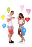 Día de San Valentín romántico del celebrat de la fecha de los pares felices jovenes Foto de archivo