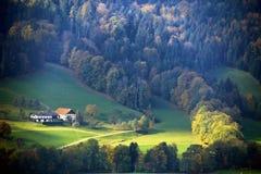 Día de Sunny October en Austria Otoño en las montañas Imagen de archivo